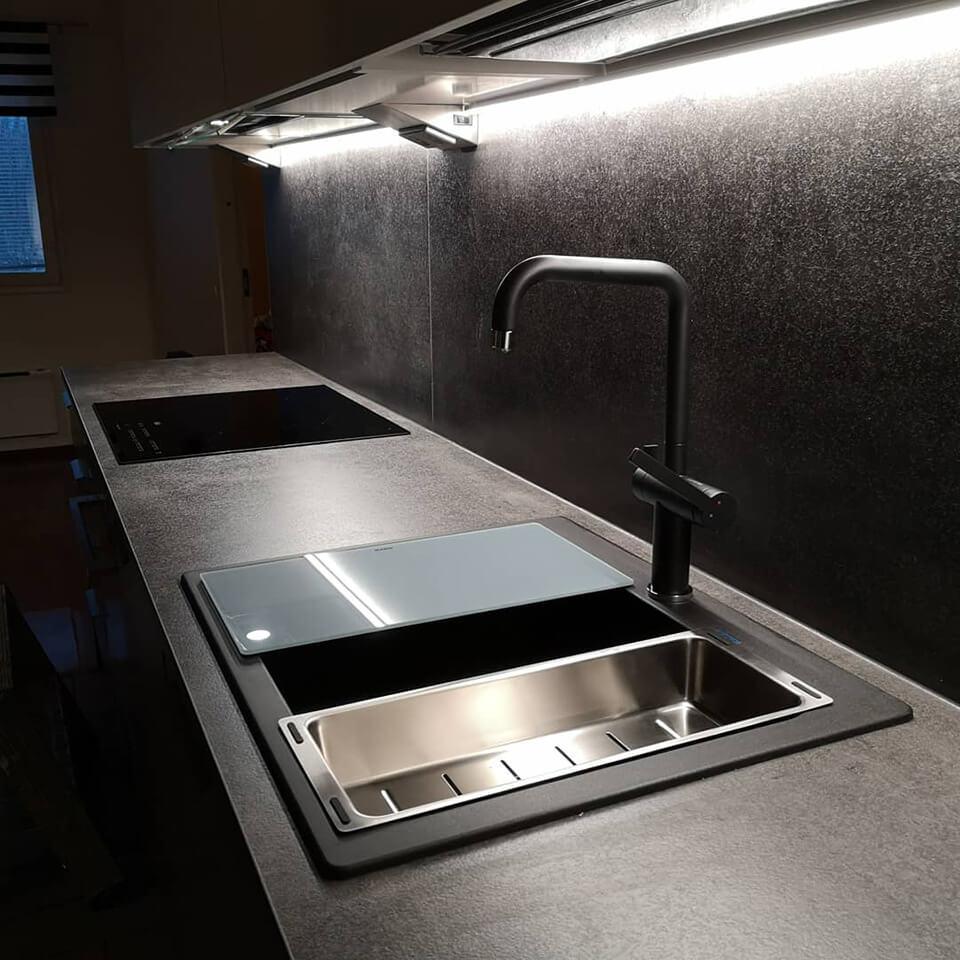 Keittiöremontti musta taso
